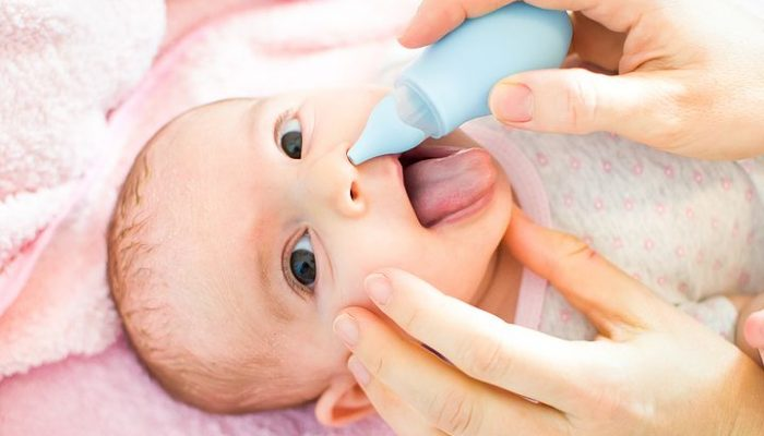 чистить нос ребенку