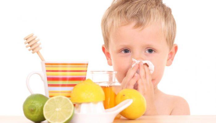 мальчик с лимонами