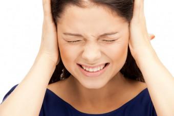 Что значит если в ухе булькает но не болит?