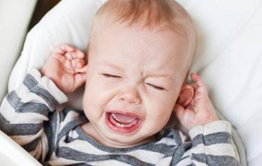 У грудничка чешутся уши