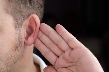Почему выходит воздух из уха?