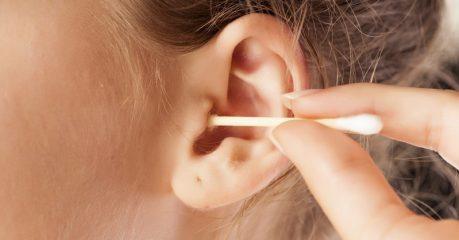 Как правильно и чем чистить уши?