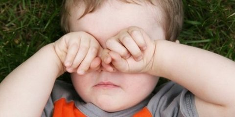 Чешутся и болят глаза у ребенка: причины