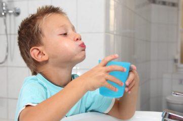 Как ребенка научить полоскать горло?