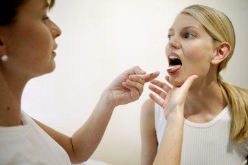 Чем лечить горло при беременности? Разбираем безопасные лекарства и народные средства