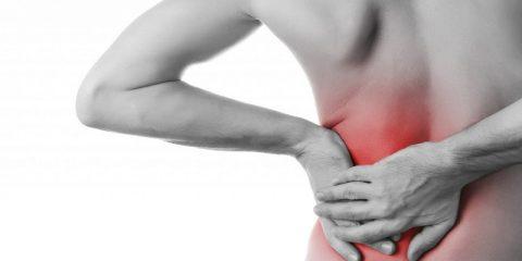 Почему возникает боль под левой или правой лопаткой сзади со спины и как ее лечить?