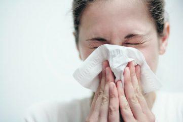 Почему человек чихает: хорошо или плохо много раз подряд при простуде и без причины?