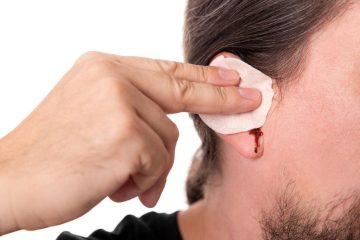 Почему из уха может идти кровь? Распространенные причины и методы устранения
