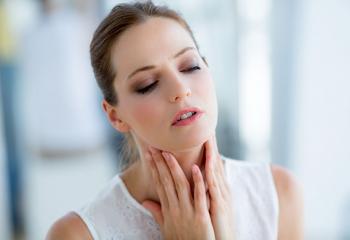 Почему болит горло после удаления зуба мудрости? Подробно о неприятных симптомах